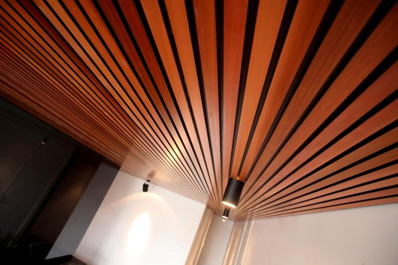 Деревянный реечный потолок в интерьере фото